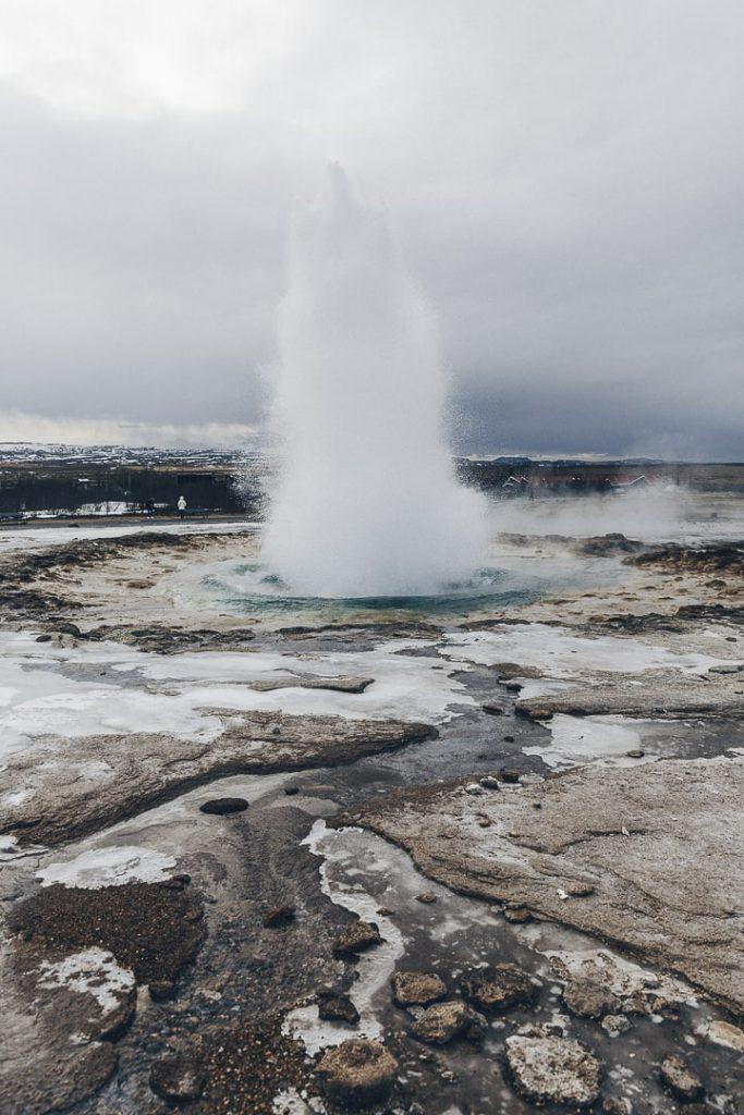 Geysir en ébullition à voir dans le cercle d'or en Islande