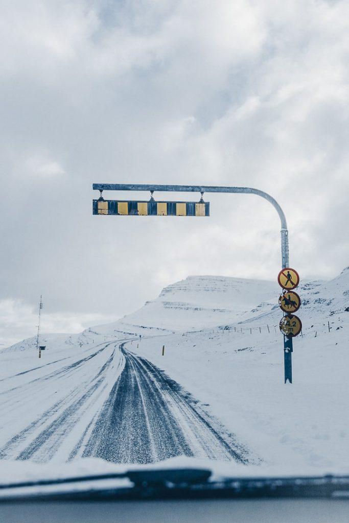 Panneau à l'entrée du tunnel des fjords de l'est en Islande