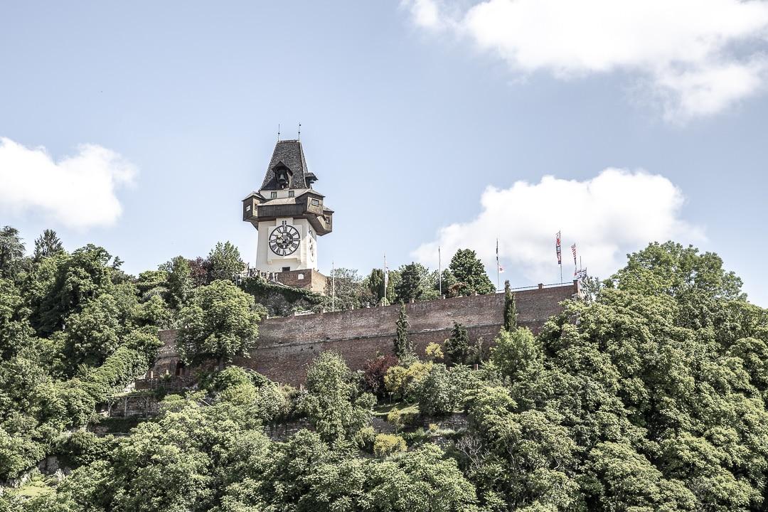 Vue sur Schlossberg et la tour de l'horloge à Graz en Autriche depuis le café du grand magasin Katsner & Ohler #graz #autriche #visitgraz