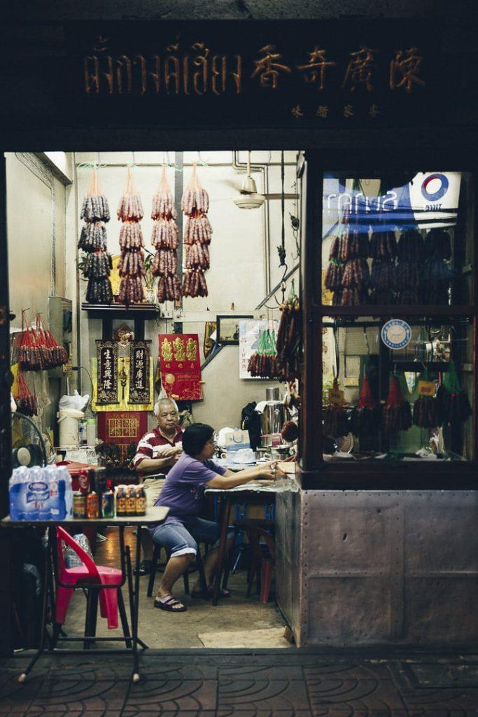 Dans les rues de Chinatown à bangkok - Les échoppes sont ouvertes de nuit #bangkok #thailande