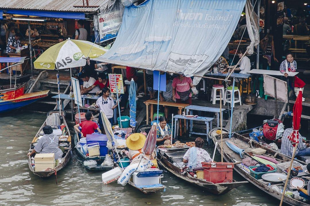 Le marché flottant d'Amphawa se situe à quelques dizaines de kilomètres de Bangkok et vaut le détour lors d'un séjour de 3 jours à Bangkok #thailande #bangkok
