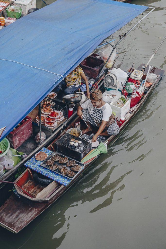 Vendeuse sur le marché flottant d'amphawa #bangkok #thailande