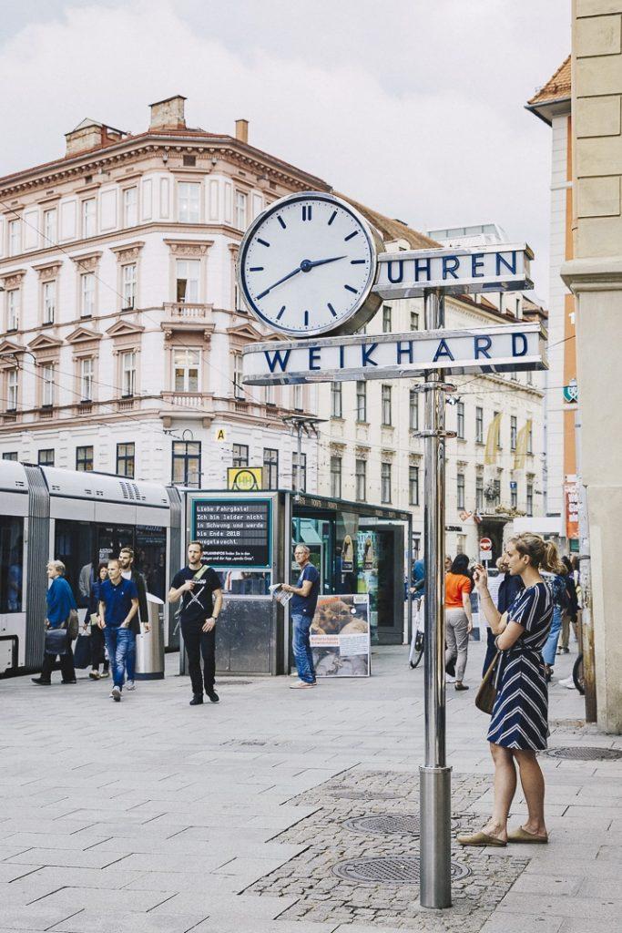 Horloge années 30 sur la place centrale de Graz #graz #autriche