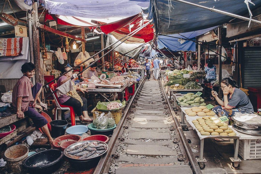 Ambiance au marché de Maeklong, ce célèbre marché situé sur des rails près de Bangkok #thailande #bangkok
