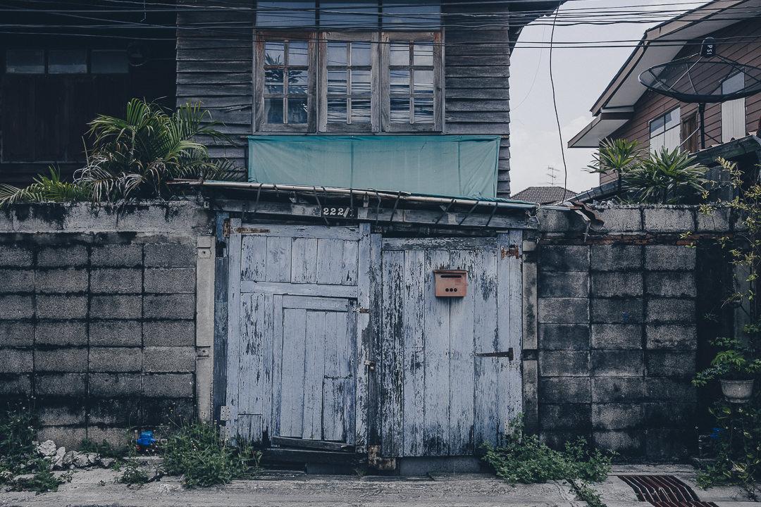 Porte en bois dans le quartier de Kudee Jin à Bangkok #thailande #bangkok