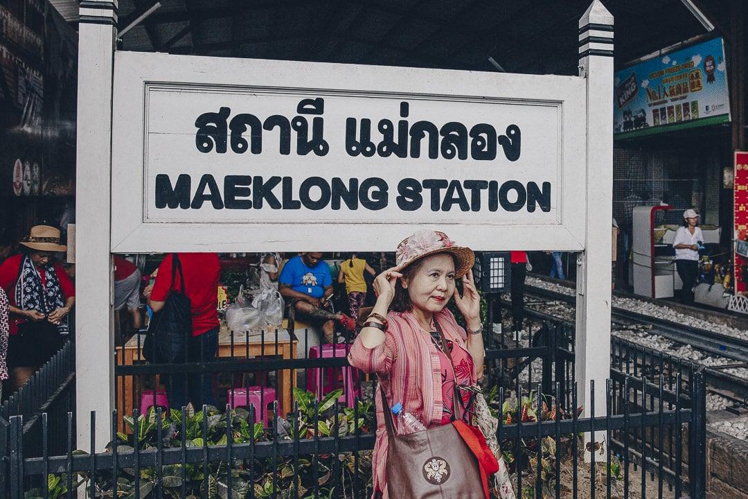 Poser devant la station de Mae Klong market, ce marché situé sur les rails de train. A voir lors d'un séjour à Bangkok #thailande #bangkok