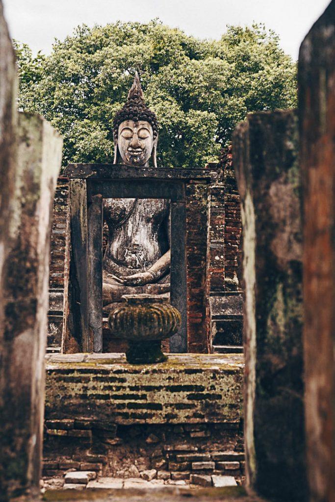Dans les ruines du Wat Si Chum - Sukhothai