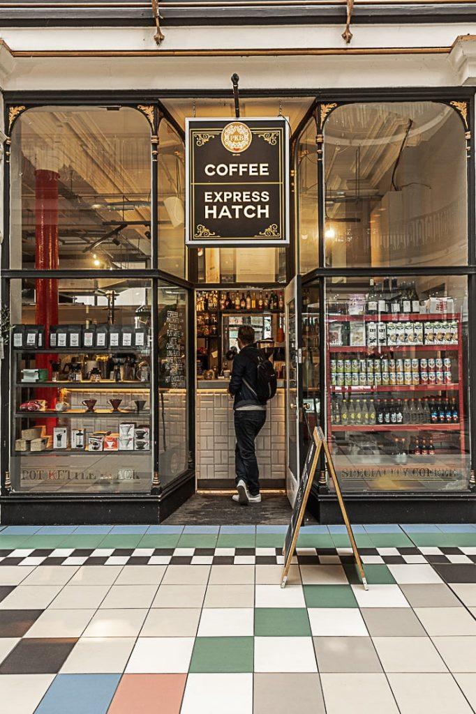 Emporter un café de chez Pot Kettle Black, une adresse située Barton Arcade, un passage à l'architecture victorienne #bestofMacr #lovegreatBritain #angleterre