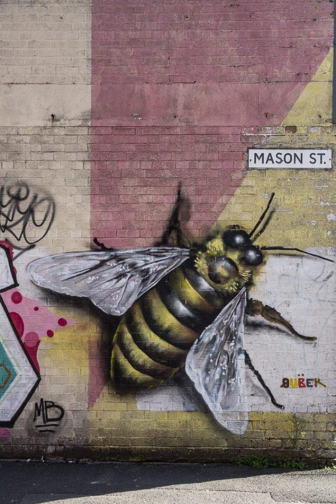 L'abeille, l'emblème de Manchester que l'on retrouve dans plusieurs oeuvre de street art à Manchester #streetart #bestofmcr #lovegreatbritain
