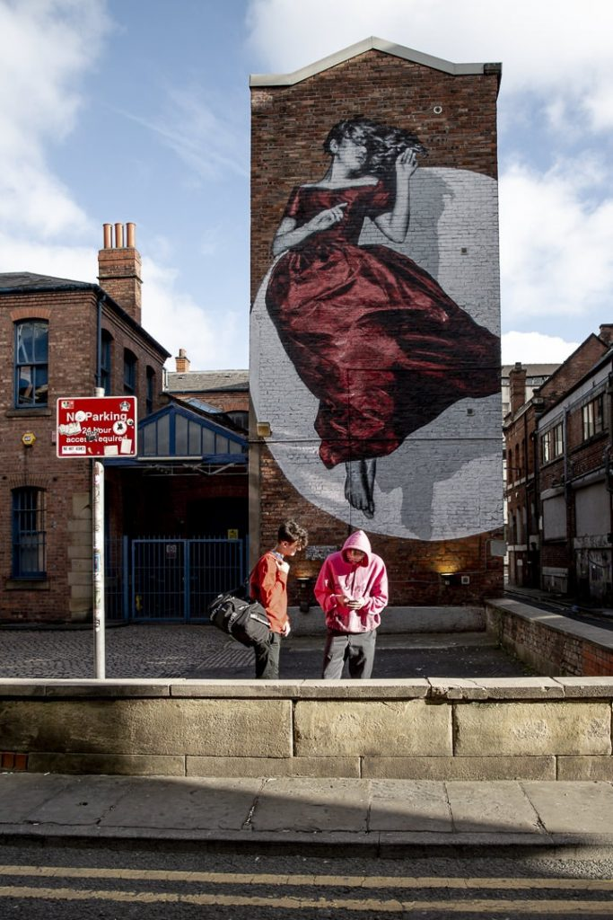 Serenity, une oeuvre de street art réalisée par l'artiste Snik que l'on trouve à Manchester dans le northern quarter #bestofMCR #lovegreatbritain #citiesofhope