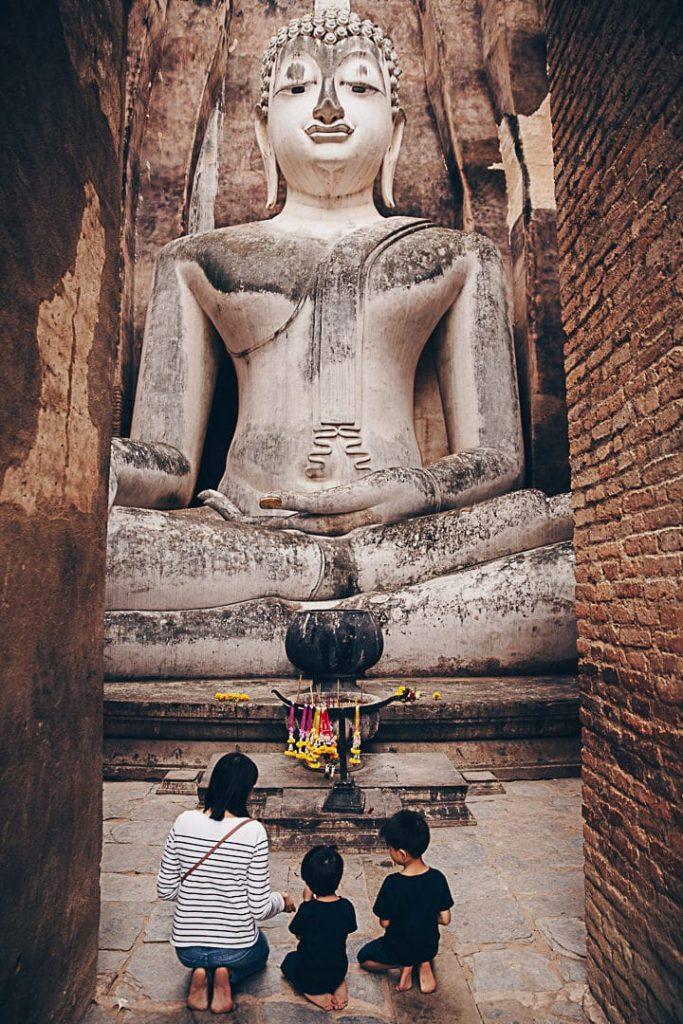 Le grand Bouddha assis du Wat Si Chum à Sukhothai - Thaïlande