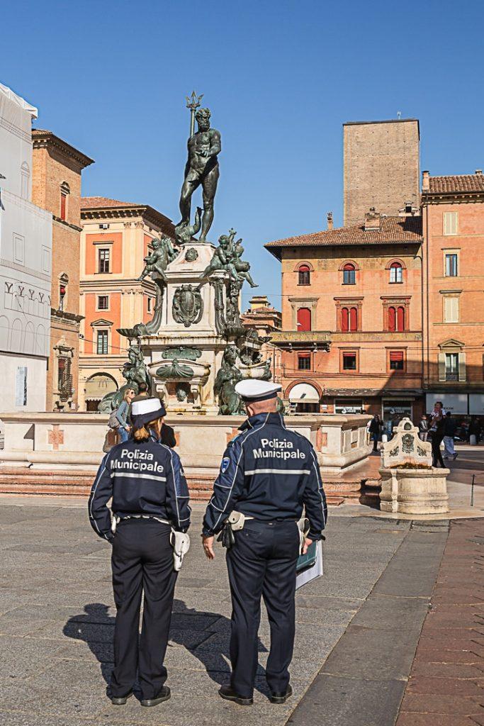 La statue de Neptune à Bologne est bien gardée #italie #bologne #inemiliaromagna