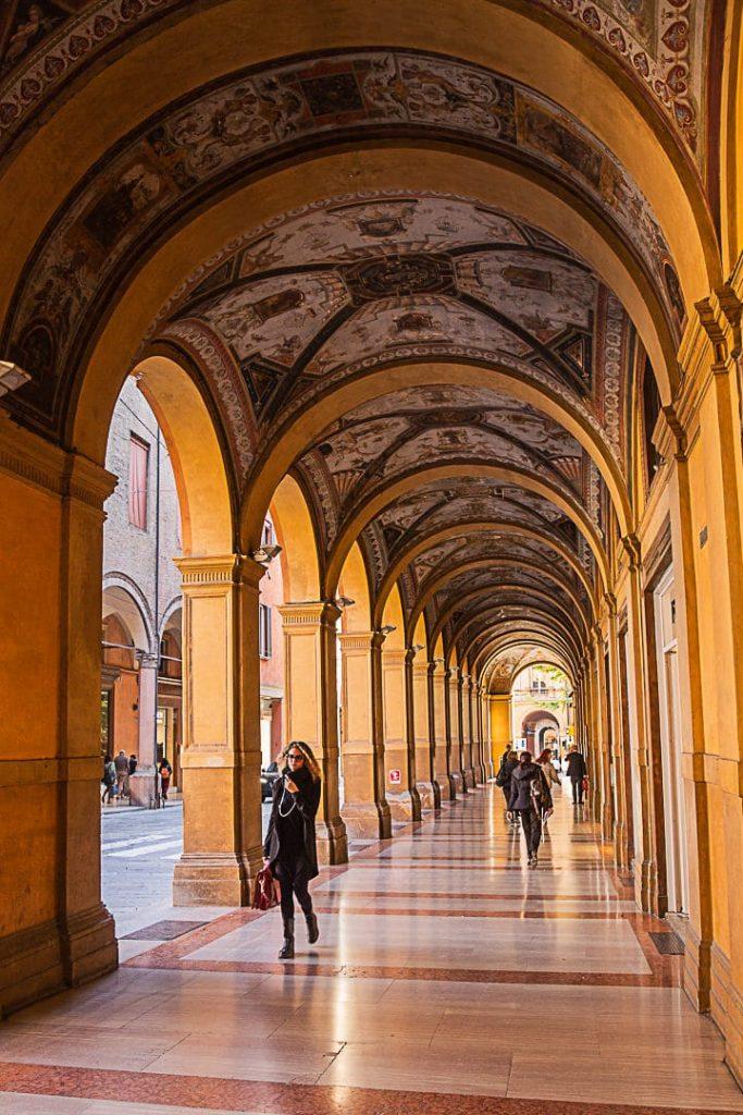 Les arcades de la via Farini, les seules à avoir un plafond peint #bologna #inemiliaromagna