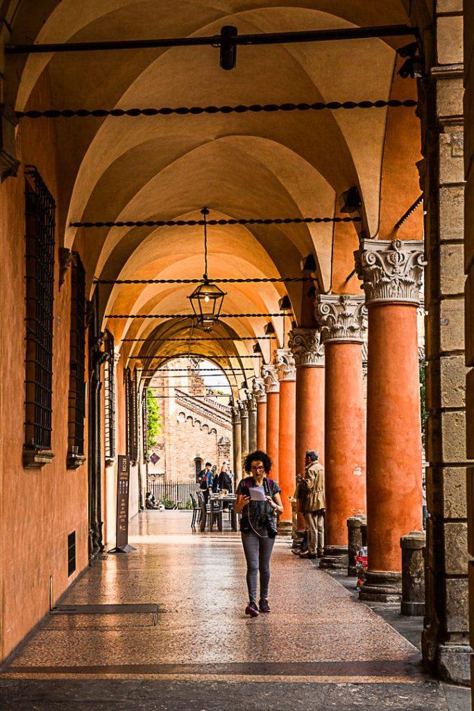 Les incontournables arcades de Bologne. Ici celles de la place Santo Stefano #bologne #inemiliaromagna