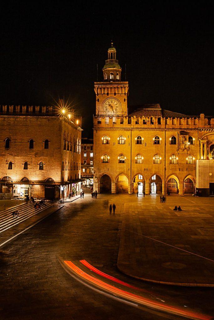 Vue de nuit sur la Piazza Maggiore de Bologne #inemiliaromagna