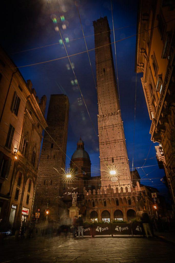 Vue de nuit sur la tour Asinelli à Bologne #inEmiliaromagna