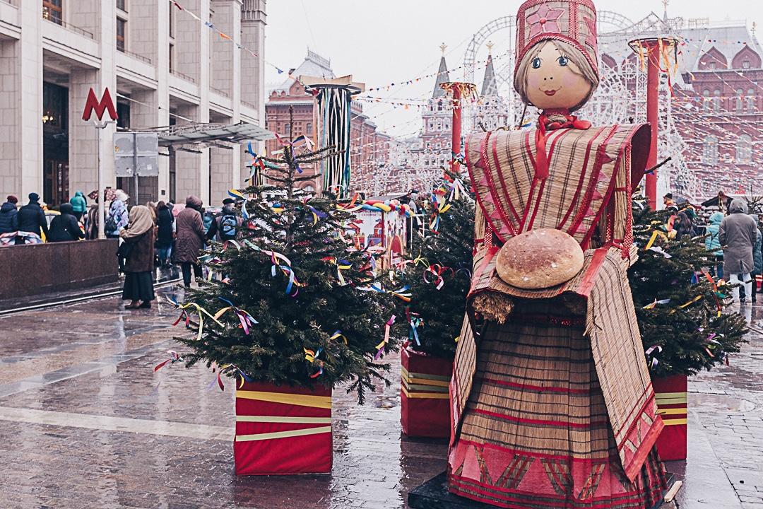 dame Maslenitsa, la mascotte de la semaine fabriquée comme un épouvantail et qui sera brulée le dernier jour des festivités