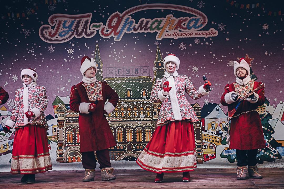 Groupe folklorique pour maslenitsa, le mardi gras russe, sur la place rouge à Moscou