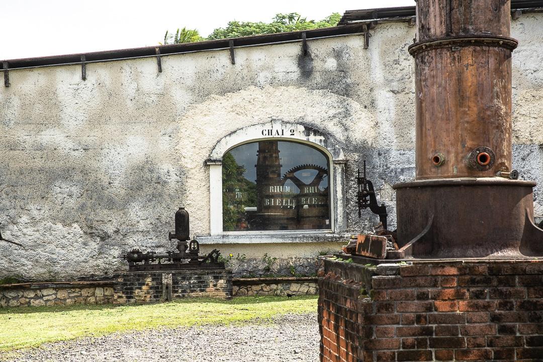 Extérieur de la distillerie Bielle sur Marie Galante