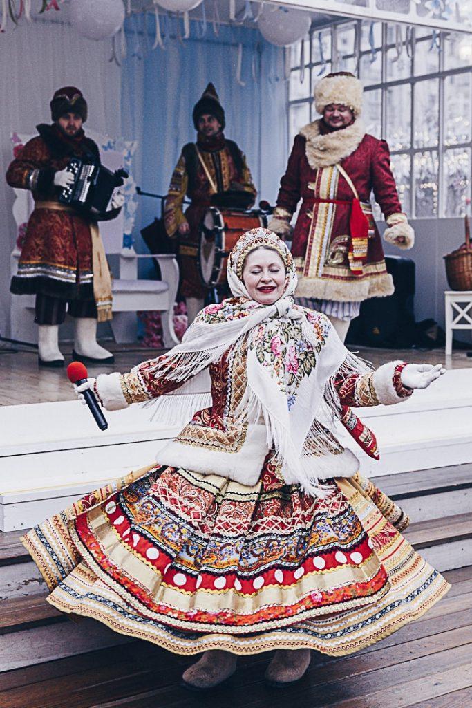 Chants et danses animent les rues de Moscou pendant maslenitsa le mardi gras russe