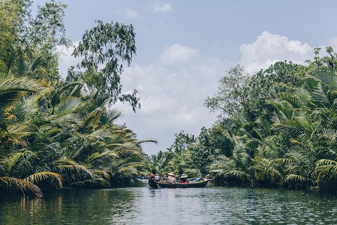 La cathédrale verte à Kampot se découvre en kayak. C'est une boucle très sympa à faire et parfois on y voit un peu de vie