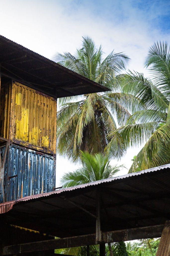 Container pour faire vieillir le rhum à la distillerie Montebello - Guadeloupe