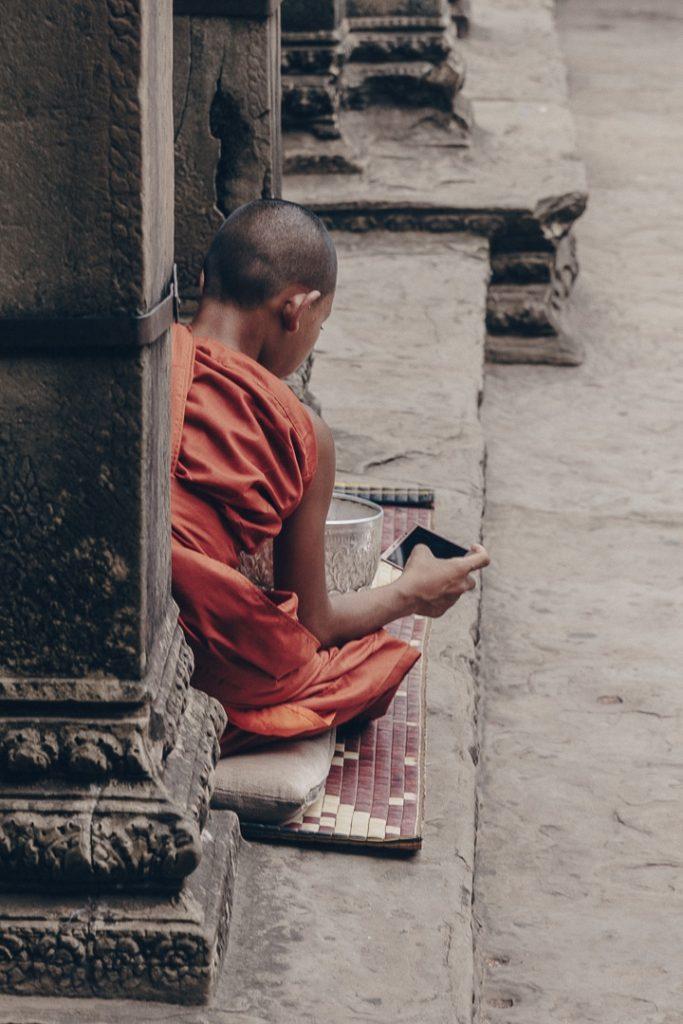 Moine connecté à Angkor Vat #cambodge