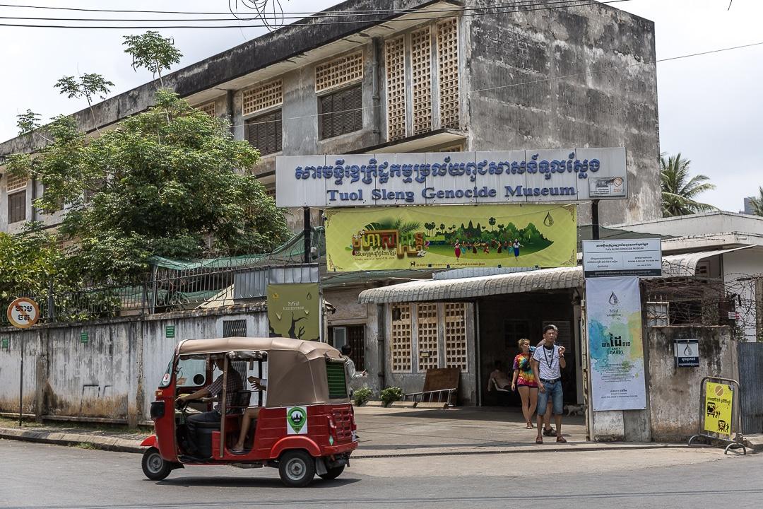 Entrée du musée du génocide à Phnom Penh au Cambodge