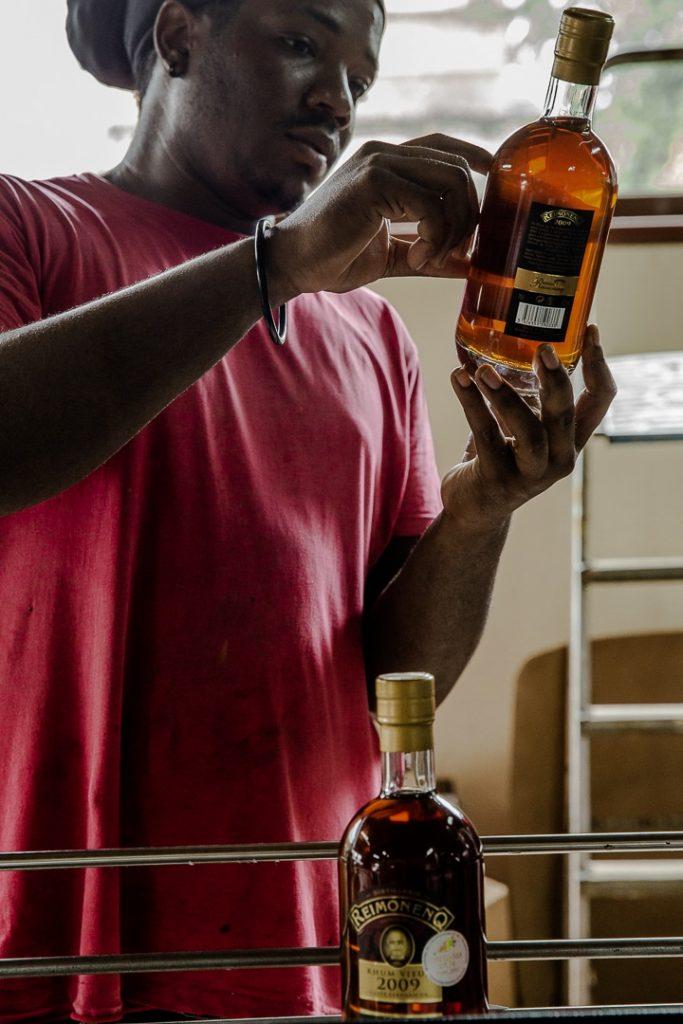 Calibrage de l'embouteillage et de l'étiquetage à la distillerie Reimonenq