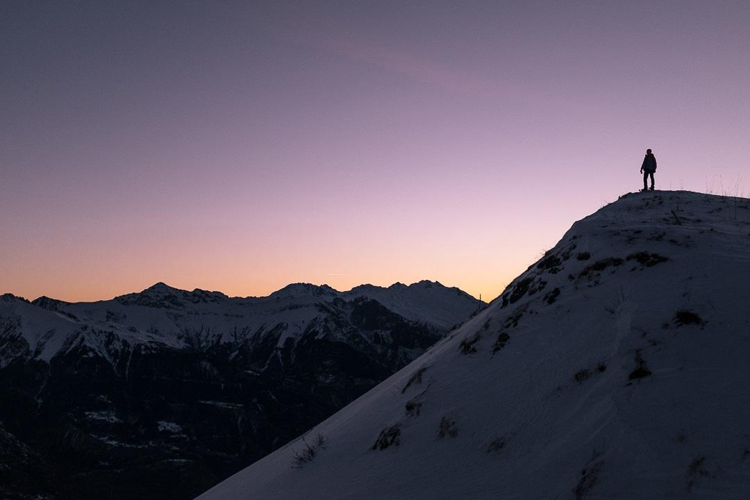 En haut des crêtes au lever du soleil à La Toussuire, France