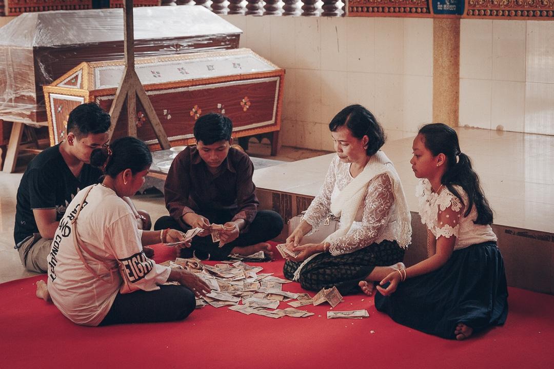 Le jour du nouvel an Khmer, on compte la recette des offrandes - Cambodge