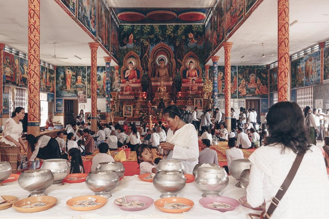 Offrandes au temple, le 1er jour du nouvel an khmer au Cambodge