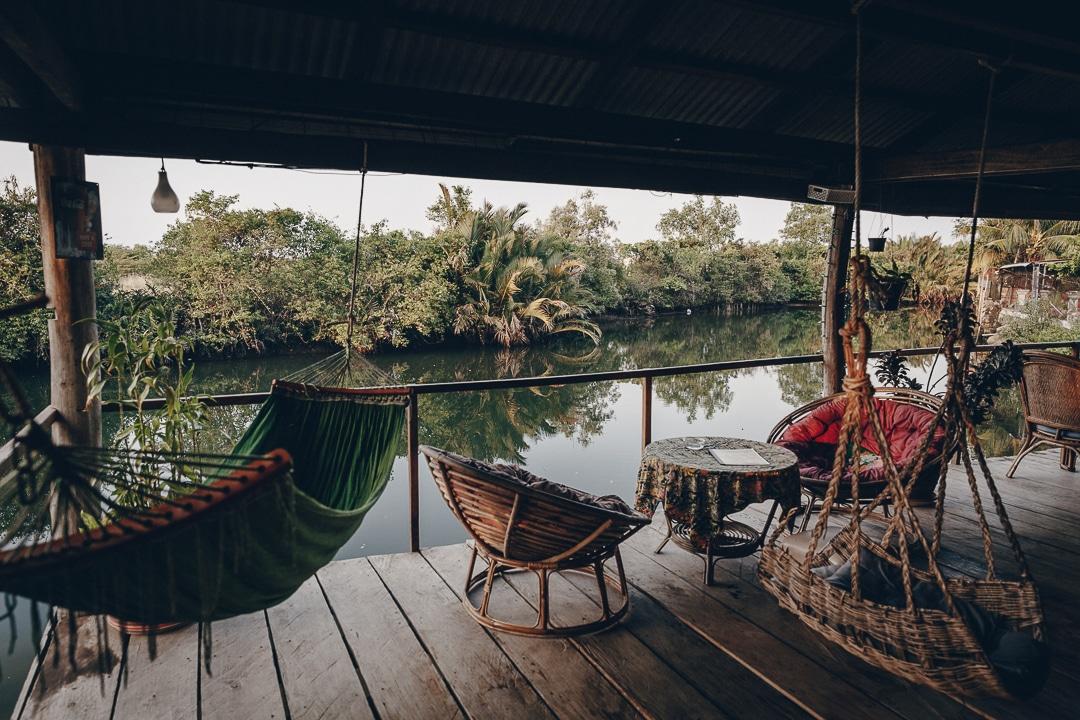 Terrasse sur la rivière à la pension Kampot Cabana