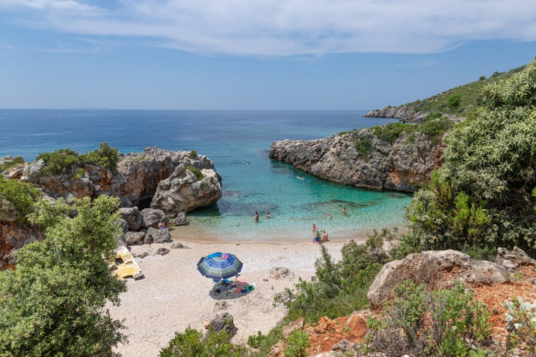 Crique sauvage à Himarë sur la Riviera Albanaise. Elle est située à une quarantaine de minutes de Livadhi beach #albanie