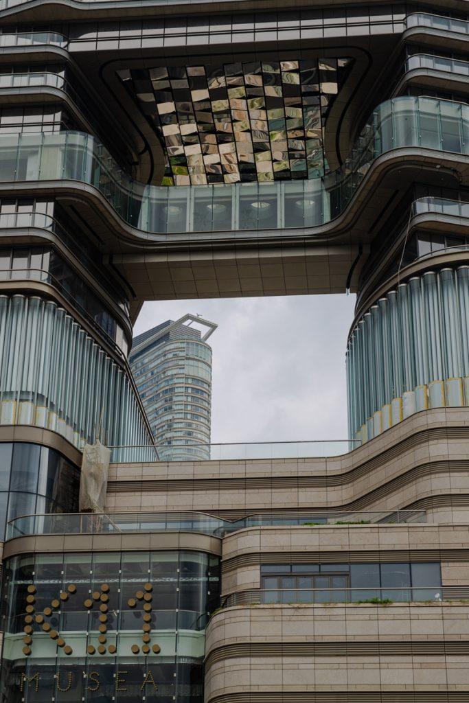 Hong Kong est une ville feng shui, il n'est pas rare de voir des trous dans des immeubles #discoverhongkong
