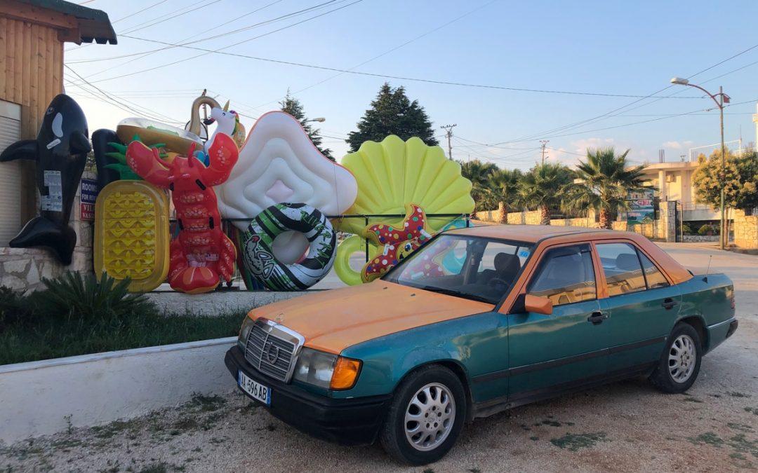 En Albanie on aime les Mercedes... Et si elles sont bicolores, c'est mieux !