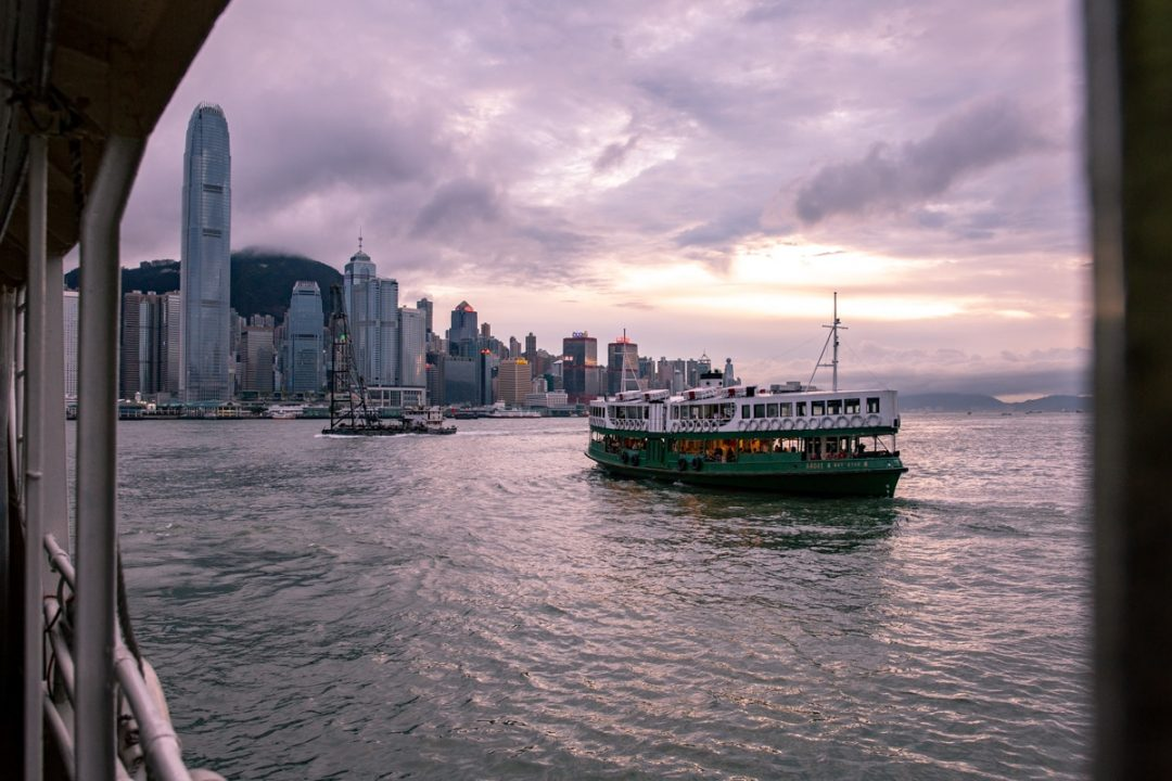 Prendre le star ferry est un incontournable à à Hong Kong. A toute heure de la journée ou de la nuit, une vue différente s'offre à vous #discoverhongkong #hongkong