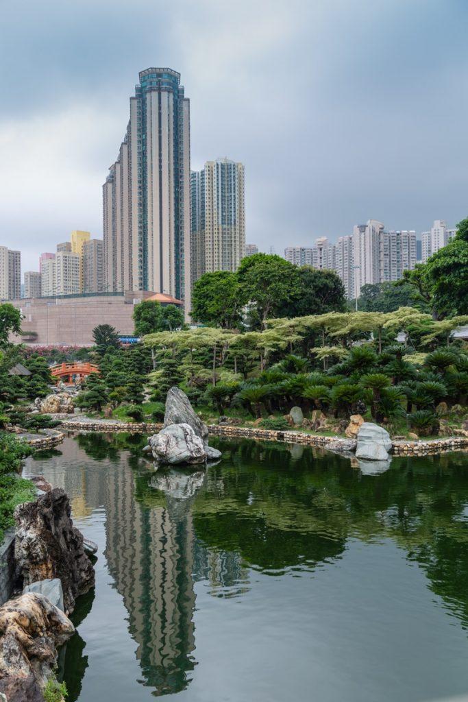 Contraste des Jardins de Nan Lian et des buildings à Hong Kong #discoverhongkong #hongkong