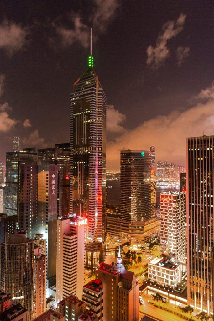 Où boire un verre à Hong Kong ? La terrasse du Wooloomooloo à Wan Chai offre une vue panoramique sur la skyline #discoverhongkong #hongkong