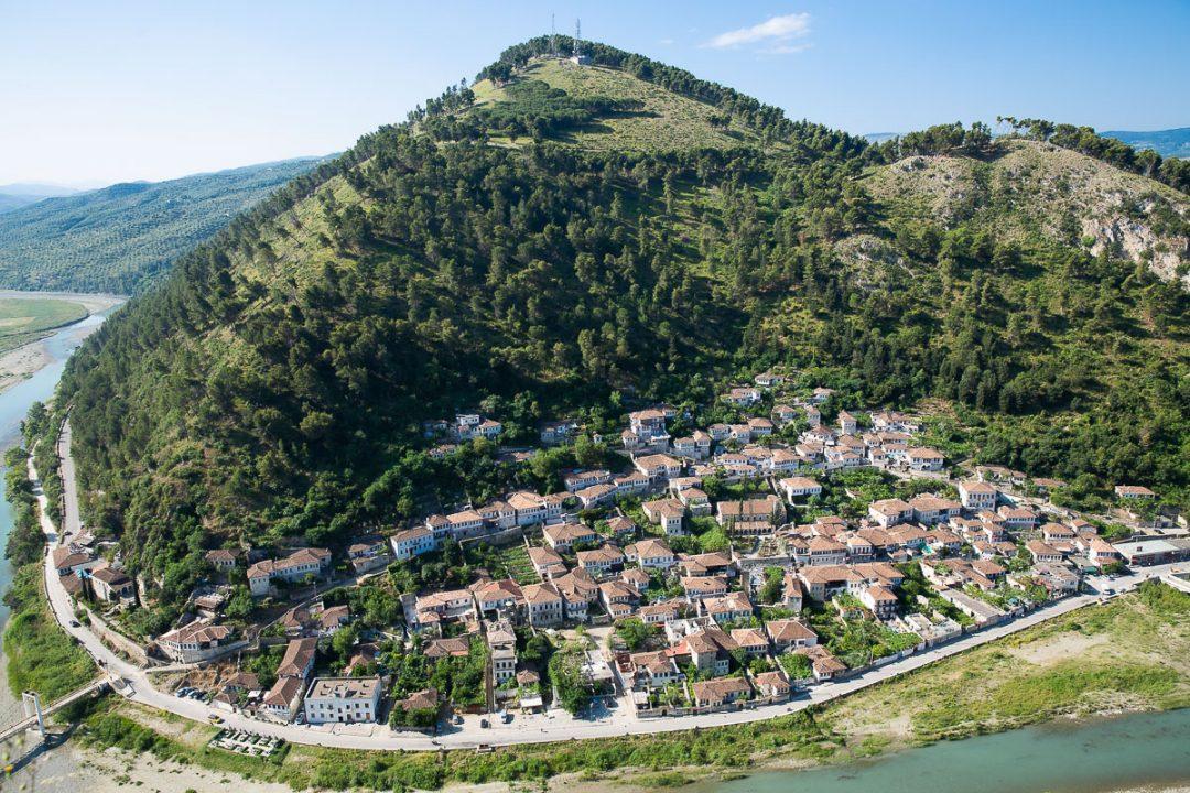 Visiter Berat, un incontournable en Albanie. Cette ville à l'architecture Ottomane est inscrite à l'Unesco