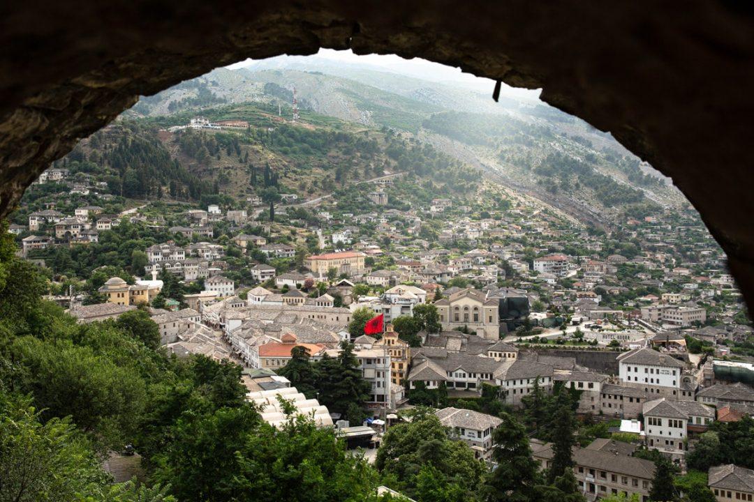 La ville de Gjorokastër en Albanie est classée au patrimoine mondial de l'Unesco. Vue depuis la citadelle, en haut de la ville #albanie