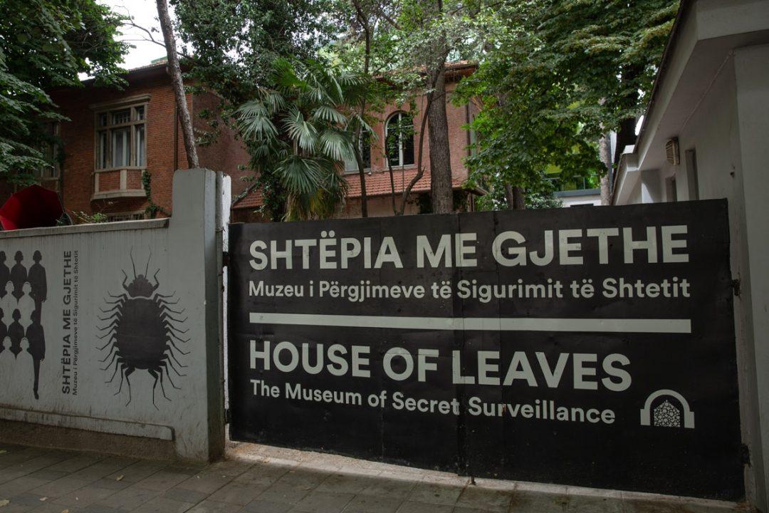 Entrée de la maison des feuilles à Tirana, le musée des services secrets #tirana #albanie