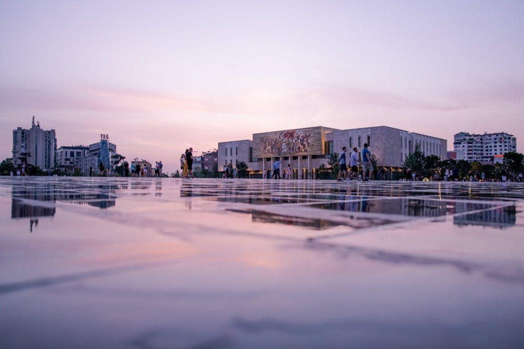 La place Skanderberg à Tirana au coucher du soleil #albanie #tirana