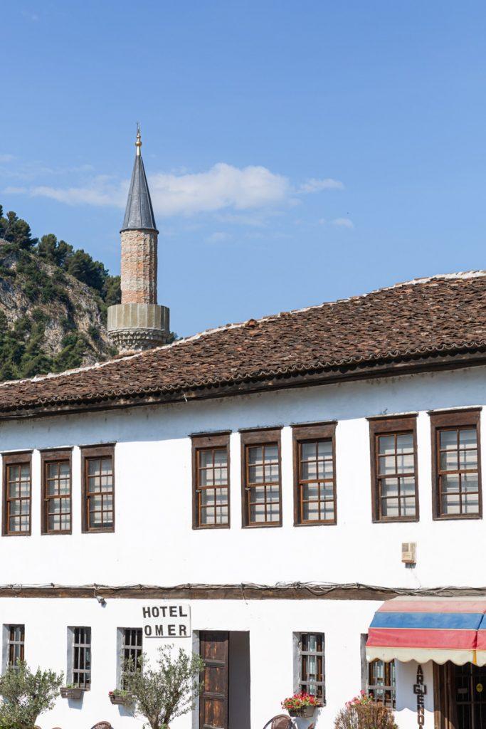 Le minaret de la mosquée ottomane de Berat en Albanie