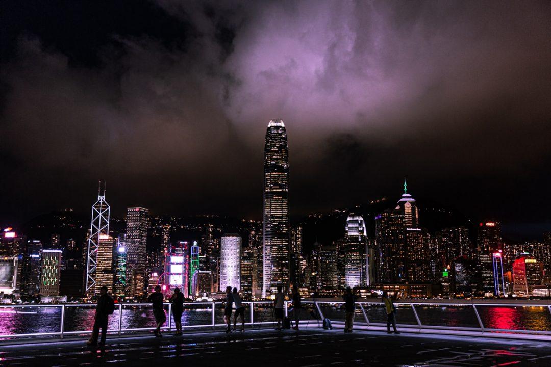 """Vue nocturne de Hong Kong skyline de TST #discoverhongkong """"width ="""" 1080 """"height ="""" 720 """"data-pin-description ="""" Vue nocturne de Hong Kong skyline de TST #discoverhongkong """"srcset ="""" https: //www.voyagesetc.fr/ wp-content / uploads / 2019/07 / Vue à l'horizon de Hong-Kong-de-Océan-terminal-deck-1080x720.jpg 1080w, https: // www .voyagesetc.fr / wp-content / uploads / 2019/07 / Vue à l'horizon-de-Hong Kong-de-l'océan-terminal-pont-300x200.jpg 300w, https: //www.voyagesetc. fr / wp-content / uploads / 2019/07 / Vue à l'horizon de Hong Kong-de-Ocean-terminal-deck-370x247.jpg 370w, https://www.voyagesetc.fr/wp - content / uploads / 2019/07 / Panorama-à-l'horizon-de-Hong Kong-de-Ocean-terminal-deck-270x180.jpg 270w, https://www.voyagesetc.fr/wp-content/ uploads / 2019/07 / Hong Kong-from-Ocean-terminal-deck-deck-570x380.jpg 570w, https://www.voyagesetc.fr/wp-content/uploads/2019 / 07 / Hong Kong-de-Ocean-terminal-deck-deck-770x513.jpg 770w, https: //www.voyagesetc .fr / wp-content / uploads / 2019/07 / View-on-the -skyline-of-Hong-Kong-from-Ocean-terminal-deck-1170x780.jpg 1170w, https://www.voyagesetc.fr/ wp-content / uploads / 2019/07 / Voir-sur-le-skyline-de -Hong Kong-de-Ocean-terminal-deck-870x580.jpg 870w, https://www.voyagesetc.fr/wp-content / uploads / 2019/07 / Vue à l'horizon de Hong-Kong -from-Ocean-terminal-deck.jpg 1200w """"tailles ="""" (largeur maximale: 1080px) 100vw, 1080px """"/></noscript></p> <p>Je ne me lasse pas de cette vue et avec les nuages qui passaient sur le Victoria Peak, c'était sublime.</p> <p style="""