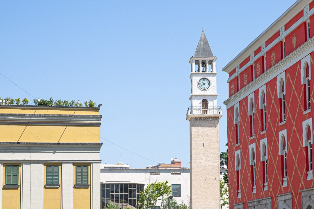 Architecture variée et colorée à Tirana en Albanie