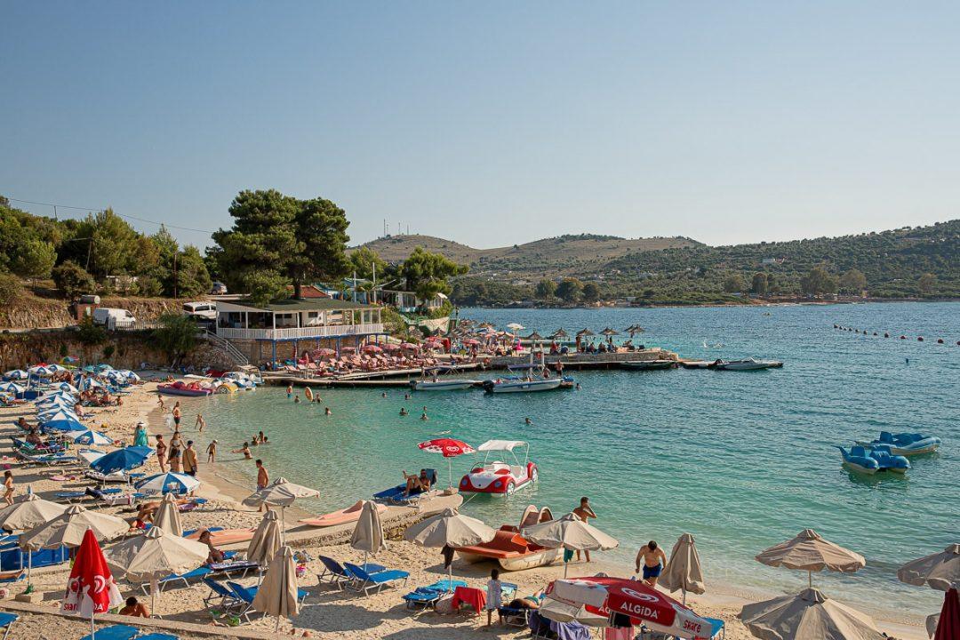 Tourisme en Albanie : les plages bondées de Ksamil, au sud du pays #albanie
