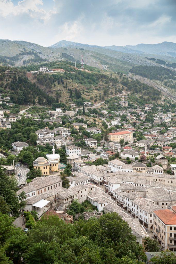 Albanie - Vue sur la ville de Gjirokastra, la ville de pierres #albanie #gjirokastra