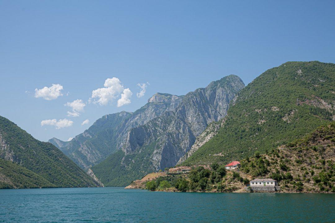 Vue sur le lac Koman depuis le ferry #Albanie