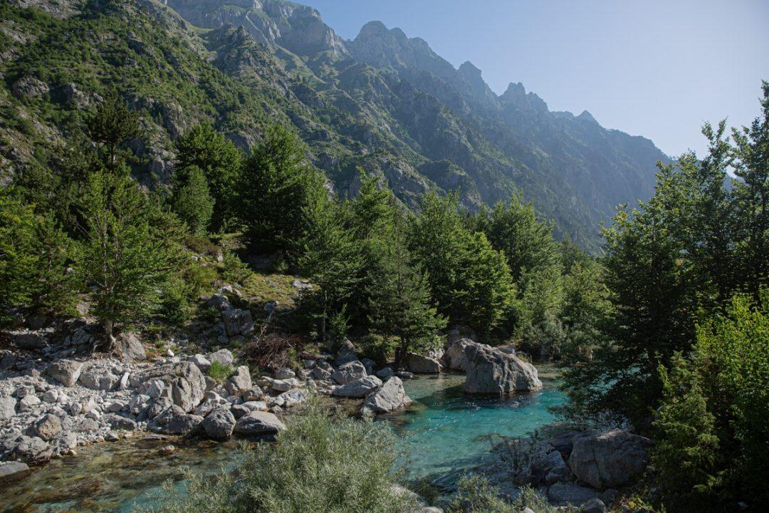 Les bords de la rivière à Valbona, Albanie
